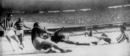 Mesmo caído, Índio chuta para marcar o quarto do Flamengo (Foto: Esporte Ilustrado)