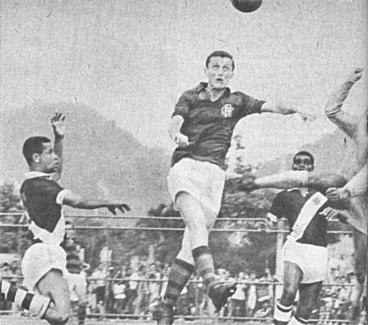 Cercado por vascaínos, Albert pula para cabecear em seu primeiro jogo pelo Flamengo, na Gávea
